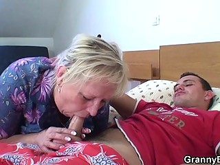 granny old is fucked by an inexperienced pickuper