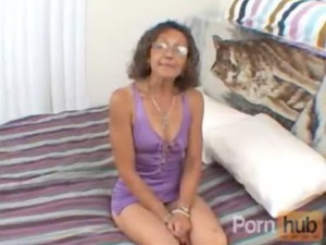 elderly needed cash so she rubbed her pussy